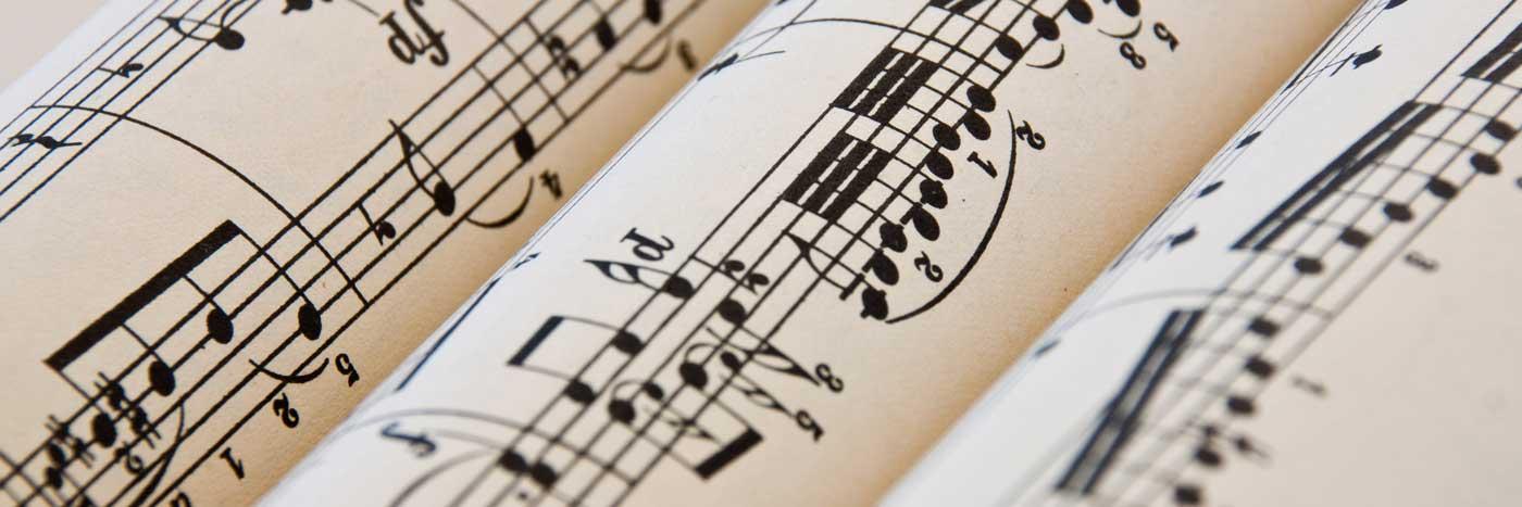 Noten auf Papier zusammengerollt - Noten-Ratgeber Pianelli