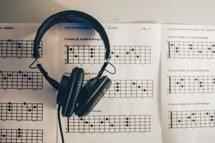 Tabulatoren oder Tabs auf Papier als Besonderheit beim Noten lernen
